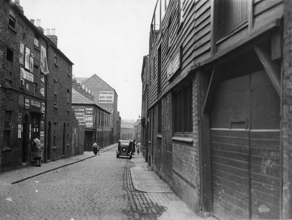 Black and white photo of Mansfield Street, Leicester in the past